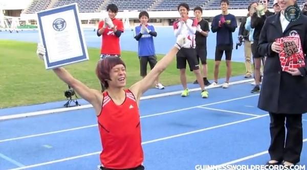 日本「猴男」一百米爬行破世界紀錄